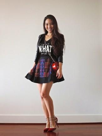 Wie kombinieren: schwarzes Ledersakko, schwarzes und weißes bedrucktes T-Shirt mit einem Rundhalsausschnitt, schwarzer bedruckter Skaterrock, rote Leder Pumps