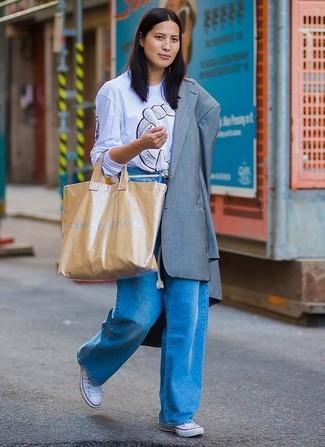 Wie kombinieren: graues Sakko, hellblaues bedrucktes T-Shirt mit einem Rundhalsausschnitt, blaue weite Hose aus Jeans, weiße Segeltuch niedrige Sneakers