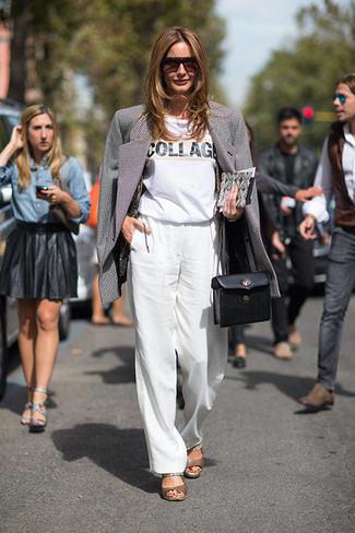 schwarzes und weißes Sakko, weißes und schwarzes bedrucktes T-Shirt mit einem Rundhalsausschnitt, weiße weite Hose, braune Leder Sandaletten für Damen