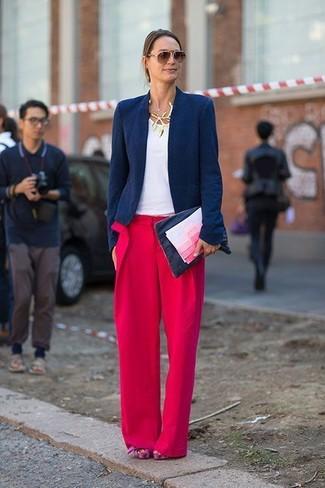 Dunkelblaues Sakko kombinieren – 224 Damen Outfits: Erwägen Sie das Tragen von einem dunkelblauen Sakko und einer roten weiter Hose, umeinen eleganten Look zuzaubern, der im Kleiderschrank der Frau nicht fehlen darf. Fuchsia klobige Wildleder Sandaletten sind eine kluge Wahl, um dieses Outfit zu vervollständigen.