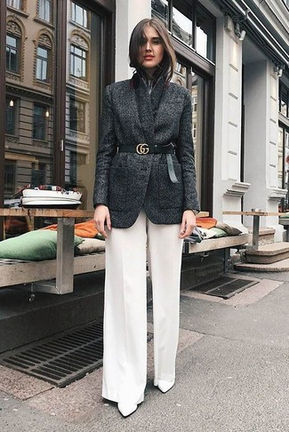 Weiße weite Hose kombinieren – 116 Damen Outfits: Um einen stilvollen Casual-Look zu erzielen, sind ein dunkelgraues Wollsakko und eine weiße weite Hose ganz prima geeignet. Weiße Leder Stiefeletten sind eine großartige Wahl, um dieses Outfit zu vervollständigen.