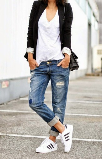 Weiße Sportschuhe kombinieren – 122 Damen Outfits: Ein schwarzes Sakko und blaue Boyfriend Jeans mit Destroyed-Effekten sind absolut lässige Basics und können mit einer Vielzahl von Kleidungsstücken kombiniert werden, um einen wunderbaren, lässigen Look zu erzielen. Suchen Sie nach leichtem Schuhwerk? Entscheiden Sie sich für weißen Sportschuhe für den Tag.