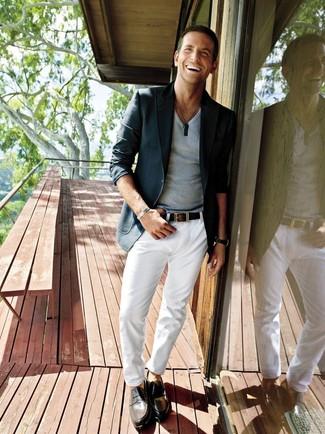 Bradley Cooper trägt dunkelgraues Sakko, graues T-Shirt mit einem V-Ausschnitt, weiße Chinohose, schwarze Leder Slipper