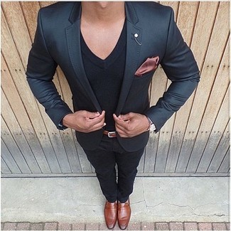 Wie kombinieren: schwarzes Sakko, schwarzes T-Shirt mit einem V-Ausschnitt, schwarze Chinohose, rotbraune Leder Slipper