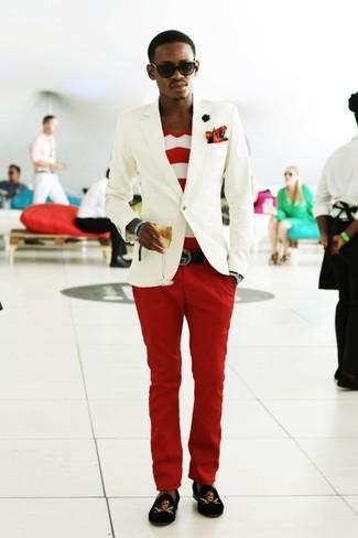 Wie kombinieren: weißes Sakko, weißes und rotes horizontal gestreiftes T-Shirt mit einem V-Ausschnitt, rote Chinohose, schwarze bedruckte Samt Slipper