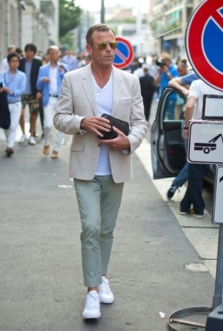 Wie kombinieren: hellbeige Sakko, weißes T-Shirt mit einem V-Ausschnitt, mintgrüne Chinohose, weiße Leder niedrige Sneakers