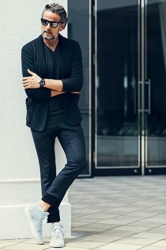 Silberne Sonnenbrille kombinieren: trends 2020: Entscheiden Sie sich für ein dunkelblaues Sakko und eine silberne Sonnenbrille für einen entspannten Wochenend-Look. Vervollständigen Sie Ihr Look mit hellblauen hohen Sneakers aus Segeltuch.