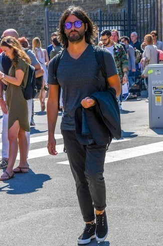 Dunkelblauen Segeltuch Rucksack kombinieren: trends 2020: Für ein bequemes Couch-Outfit, tragen Sie ein dunkelblaues Sakko und einen dunkelblauen Segeltuch Rucksack. Fühlen Sie sich ideenreich? Komplettieren Sie Ihr Outfit mit schwarzen Segeltuch niedrigen Sneakers.