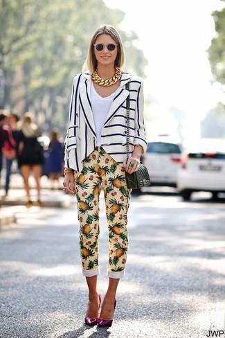 Wie kombinieren: weißes und dunkelblaues vertikal gestreiftes Sakko, weißes T-Shirt mit einem V-Ausschnitt, gelbe bedruckte enge Hose, lila Leder Pumps