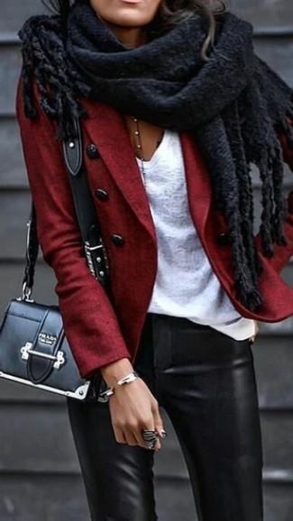 Wie kombinieren: rotes Wollsakko, weißes T-Shirt mit einem V-Ausschnitt, schwarze enge Hose aus Leder, schwarze Leder Umhängetasche