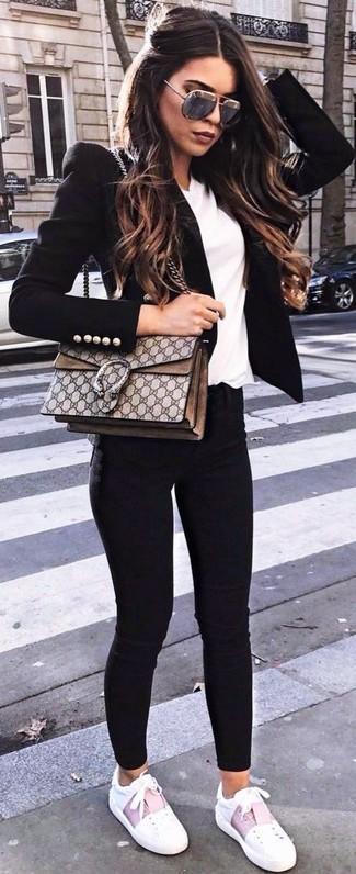Wie kombinieren: schwarzes Sakko, weißes T-Shirt mit einem V-Ausschnitt, schwarze enge Jeans, weiße Leder niedrige Sneakers
