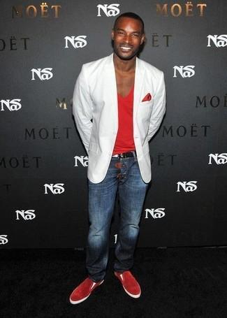 Wie kombinieren: weißes Sakko, rotes T-Shirt mit einem V-Ausschnitt, dunkelblaue Jeans, rote Slip-On Sneakers aus Wildleder