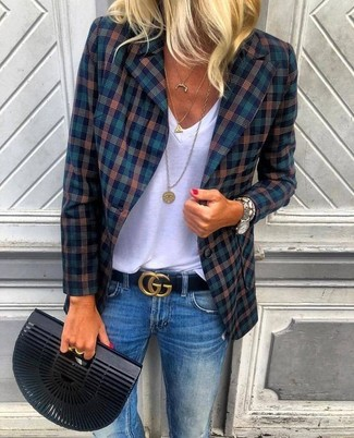 Weißes T-Shirt mit einem V-Ausschnitt kombinieren: trends 2020: Mit dieser Kombi aus einem weißen T-Shirt mit einem V-Ausschnitt und blauen Jeans werden Sie die perfekte Balance zwischen schlichtem Tomboy-Look und zeitgenössische Schick treffen.