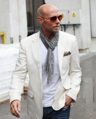 Wie kombinieren: hellbeige Sakko, weißes T-Shirt mit einem V-Ausschnitt, dunkelblaue Jeans, braunes Seide Einstecktuch mit Paisley-Muster