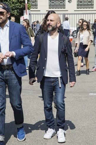 Weiße Leder niedrige Sneakers kombinieren: trends 2020: Kombinieren Sie ein dunkelblaues Wollsakko mit dunkelblauen Jeans, wenn Sie einen gepflegten und stylischen Look wollen. Fühlen Sie sich ideenreich? Wählen Sie weißen Leder niedrige Sneakers.