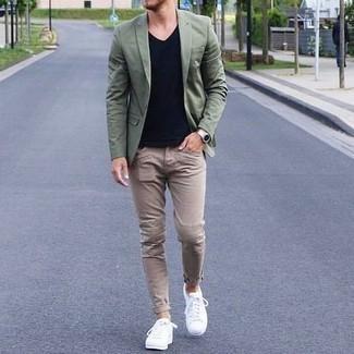 Beige Jeans kombinieren: trends 2020: Kombinieren Sie ein olivgrünes Sakko mit beige Jeans, um einen eleganten, aber nicht zu festlichen Look zu kreieren. Suchen Sie nach leichtem Schuhwerk? Vervollständigen Sie Ihr Outfit mit weißen Leder niedrigen Sneakers für den Tag.