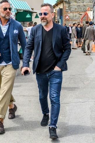 Jeans kombinieren: trends 2020: Paaren Sie ein dunkelblaues Sakko mit Jeans, wenn Sie einen gepflegten und stylischen Look wollen. Schwarze Chukka-Stiefel aus Wildleder sind eine kluge Wahl, um dieses Outfit zu vervollständigen.