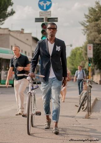 Beige Sonnenbrille kombinieren: trends 2020: Kombinieren Sie ein dunkelgraues Sakko mit einer beige Sonnenbrille für einen entspannten Wochenend-Look. Entscheiden Sie sich für grauen Leder Mokassins, um Ihr Modebewusstsein zu zeigen.