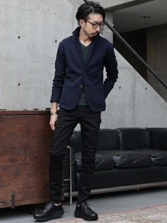 Schwarze klobige Leder Derby Schuhe kombinieren – 74 Herren Outfits: Kombinieren Sie ein dunkelblaues Wollsakko mit schwarzen Jeans, um einen modischen Freizeitlook zu kreieren. Entscheiden Sie sich für schwarzen klobigen Leder Derby Schuhe, um Ihr Modebewusstsein zu zeigen.