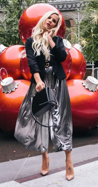 Wie kombinieren: schwarzes Sakko, graues T-Shirt mit einem V-Ausschnitt, silberner Falten Midirock, hellbeige Leder Pumps