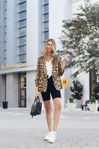 Wie kombinieren: beige Sakko mit Leopardenmuster, weißes T-Shirt mit einem V-Ausschnitt, schwarze Radlerhose, weiße Sportschuhe