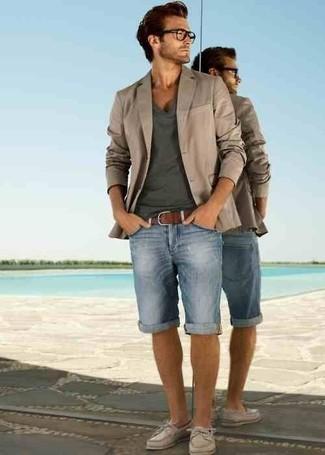 Wie kombinieren: hellbeige Sakko, dunkelgraues T-Shirt mit einem V-Ausschnitt, hellblaue Jeansshorts, hellbeige Leder Bootsschuhe