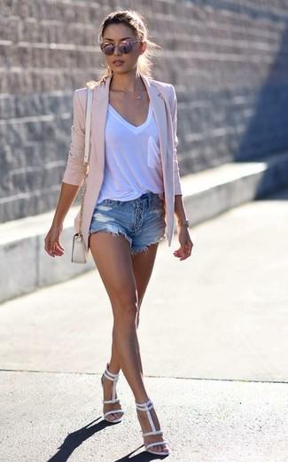 Wie kombinieren: rosa Sakko, weißes T-Shirt mit einem V-Ausschnitt, blaue Jeansshorts mit Destroyed-Effekten, weiße Leder Sandaletten