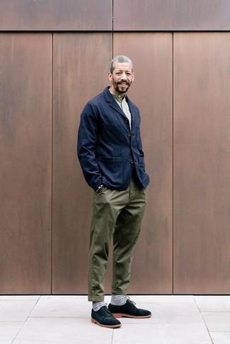 Wie kombinieren: dunkelblaues Jeanssakko, olivgrünes T-shirt mit einer Knopfleiste, olivgrüne Chinohose, schwarze Wildleder Derby Schuhe