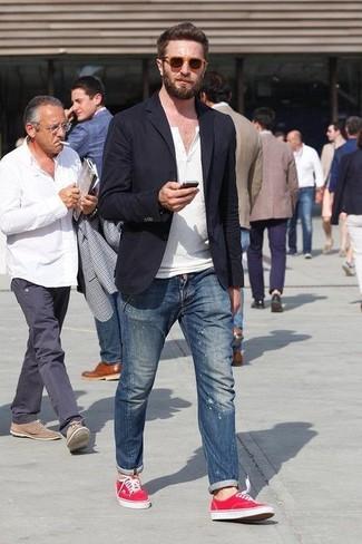 Wie kombinieren: schwarzes Sakko, weißes T-shirt mit einer Knopfleiste, blaue enge Jeans mit Destroyed-Effekten, rote Leinenschuhe