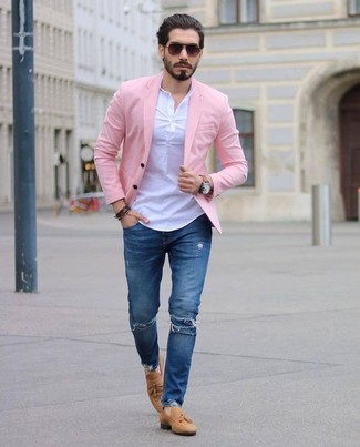 Wie kombinieren: rosa Sakko, weißes T-shirt mit einer Knopfleiste, blaue enge Jeans mit Destroyed-Effekten, beige Wildleder Slipper mit Quasten