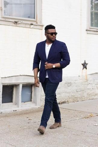 Weißes T-shirt mit einer Knopfleiste kombinieren: trends 2020: Vereinigen Sie ein weißes T-shirt mit einer Knopfleiste mit dunkelblauen Jeans für ein großartiges Wochenend-Outfit. Braune Chelsea Boots aus Wildleder putzen umgehend selbst den bequemsten Look heraus.