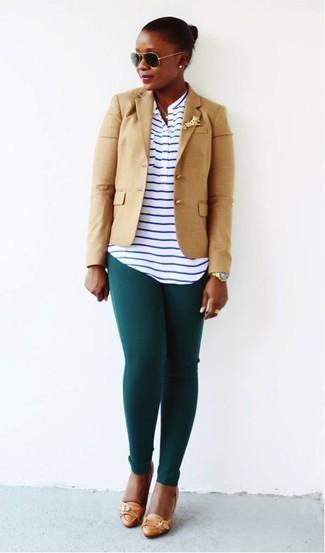 Wie kombinieren: beige Sakko, weißes und dunkelblaues horizontal gestreiftes T-shirt mit einer Knopfleiste, dunkelgrüne Leggings, beige Leder Pumps