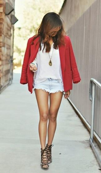 Wie kombinieren: rotes Wollsakko, weißes T-shirt mit einer Knopfleiste, hellblaue Jeansshorts, braune Wildleder Sandaletten mit Leopardenmuster