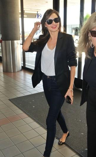 Miranda Kerr trägt Schwarzes Sakko, Weißes T-Shirt mit Rundhalsausschnitt, Dunkelblaue Enge Jeans, Schwarze Leder Ballerinas