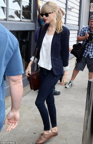 Taylor Swift trägt Dunkelblaues Sakko, Weißes T-Shirt mit Rundhalsausschnitt, Dunkelblaue Enge Jeans, Braune Leder Oxford Schuhe