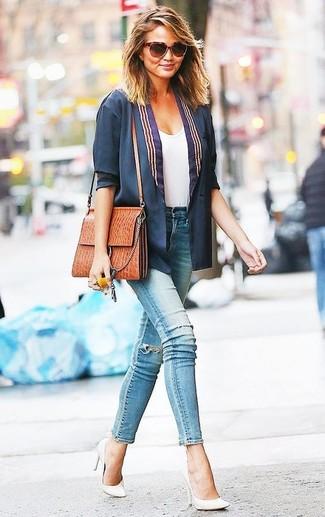Miranda Kerr trägt Dunkelblaues Sakko, Weißes T-Shirt mit Rundhalsausschnitt, Hellblaue Enge Jeans mit Destroyed-Effekten, Weiße Leder Pumps