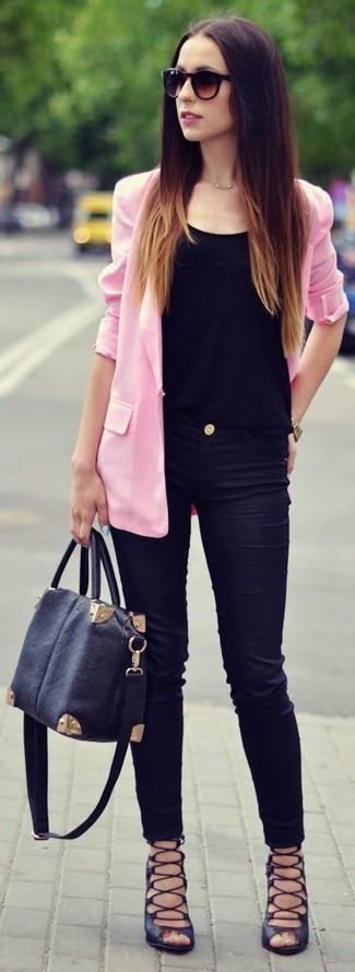 Die Kombination von einem rosa Sakko und schwarzen engen Jeans erlaubt es Ihnen, Ihren Freizeitstil klar und einfach zu halten. Wenn Sie nicht durch und durch formal auftreten möchten, entscheiden Sie sich für schwarzen Römersandalen aus Leder.