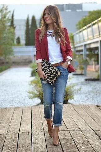 Entscheiden Sie sich für ein rotes Sakko und einen Unterteil, um einen lockeren, aber dennoch stylischen Look zu erhalten. Braune Leder Pumps bringen Eleganz zu einem ansonsten schlichten Look.