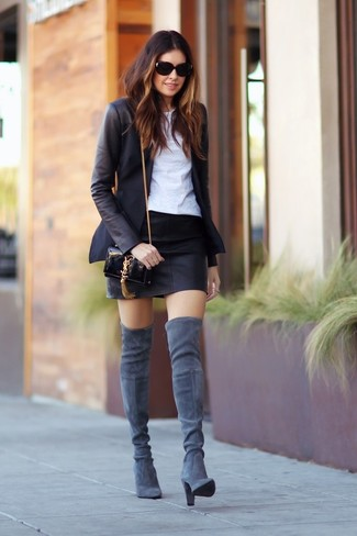 Schwarzes Sakko, Weißes T-Shirt mit Rundhalsausschnitt, Schwarzer Leder Minirock, Graue Overknee Stiefel aus Wildleder für Damen