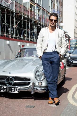 David Gandy trägt Hellbeige Sakko, Weißes T-Shirt mit V-Ausschnitt, Dunkelblaue Anzughose, Beige Leder Oxford Schuhe