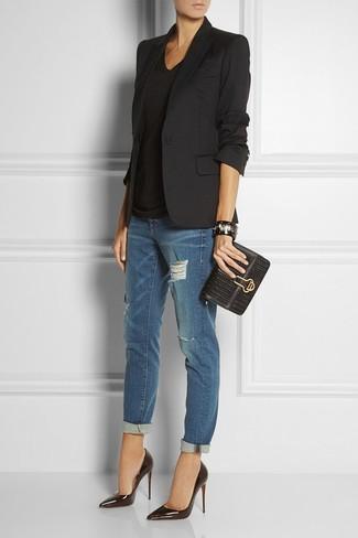 Arbeitsreiche Tage verlangen nach einem einfachen, aber dennoch stylischen Outfit, wie zum Beispiel ein schwarzes Sakko und dunkelblaue Boyfriend Jeans mit Destroyed-Effekten. Schwarze Leder Pumps bringen klassische Ästhetik zum Ensemble.