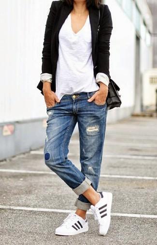 Tragen Sie ein schwarzes Sakko und einen Unterteil, um einen schicken, glamurösen Outfit zu schaffen. Suchen Sie nach leichtem Schuhwerk? Komplettieren Sie Ihr Outfit mit weißen Sportschuhen für den Tag.
