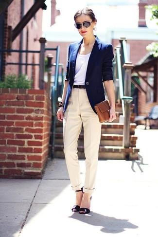 Schwarze Leder Sandaletten kombinieren – 500+ Damen Outfits: Möchten Sie einen zeitgenössischen Alltags-Look erzeugen, ist diese Kombination aus einem dunkelblauen Sakko und einer hellbeige Anzughose ganz super. Schwarze Leder Sandaletten fügen sich nahtlos in einer Vielzahl von Outfits ein.