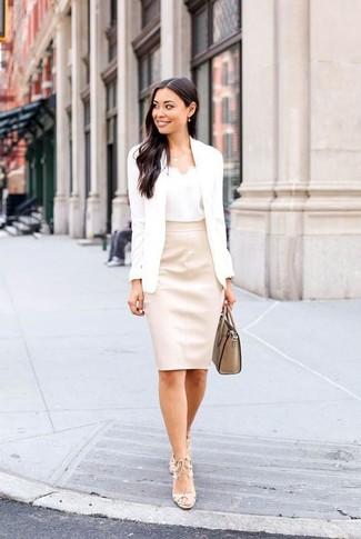 Wie kombinieren: weißes Sakko, weißes Seide Trägershirt, hellbeige Leder Bleistiftrock, hellbeige Leder Sandaletten