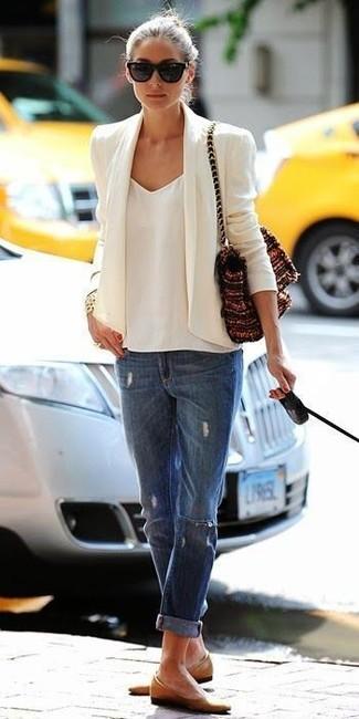 Olivia Palermo trägt Weißes Sakko, Weißes Chiffon Trägershirt, Blaue Boyfriend Jeans mit Destroyed-Effekten, Beige Leder Ballerinas