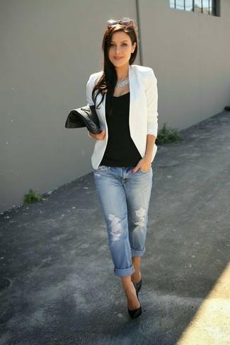 Tragen Sie ein weißes Sakko und hellblauen Boyfriend Jeans mit Destroyed-Effekten für ein sonntägliches Mittagessen mit Freunden. Schwarze Leder Pumps bringen Eleganz zu einem ansonsten schlichten Look.