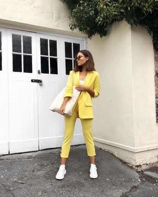 Weiße Sportschuhe kombinieren – 122 Damen Outfits: Möchten Sie einen stilsicheren Alltags-Look erhalten, ist die Kombi aus einem gelben Sakko und einer gelben enger Hose Ihre Wahl. Fühlen Sie sich mutig? Ergänzen Sie Ihr Outfit mit weißen Sportschuhen.