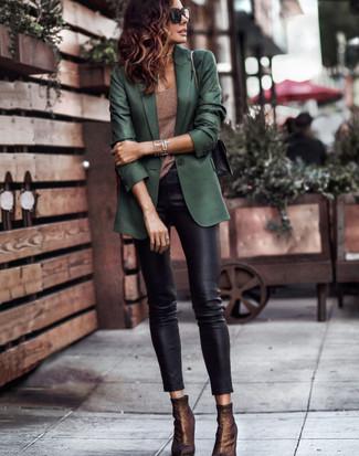 20 Jährige: Schwarze enge Hose aus Leder kombinieren: trends 2020: Möchten Sie ein stilsicheres Alltags-Outfit kreieren, ist die Kombi aus einem dunkelgrünen Sakko und einer schwarzen enger Hose aus Leder ganz prima. Dunkelbraune elastische Stiefeletten fügen sich nahtlos in einer Vielzahl von Outfits ein.