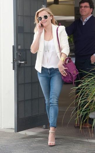 Wie kombinieren: hellbeige Sakko, weißes Seide Trägershirt, blaue enge Jeans, hellbeige Leder Sandaletten