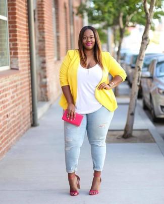 Wie kombinieren: gelbes Sakko, weißes Trägershirt, hellblaue enge Jeans mit Destroyed-Effekten, fuchsia Leder Sandaletten